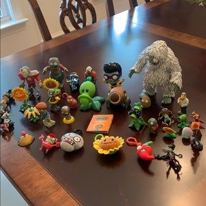 Plants Versus Zombies. Over 30 pieces like new